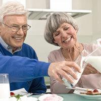 Mindestens drei Portionen Milch - etwa von der Menge eines Glases - sollten Senioren zur Stärkung ihrer Knochen täglich zu sich nehmen. - Foto: djd/www.karlotta-unterwegs.de