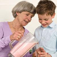 Wichtig für Alt und Jung: Der in Milch enthaltene Mineralstoff Kalzium ist ein unerlässlicher Baustein für ein gesundes Knochengerüst. - Foto: djd/www.karlotta-unterwegs.de