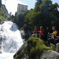 Mitten im Zentrum des Orts rauscht die Gasteiner Ache 341 Meter in die Tiefe. Der spektakuläre Wasserfall ist das Wahrzeichen Bad Gasteins. - Foto: djd/Europäischer Hof, A-Bad Gastein