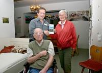 Familie Ewert aus Cuxhaven fühlt sich in der Reichenhaller Tagespflege und Thomas Dietel (Leiter der Domus Mea Tagespflege in Bad Reichenhall) gut betreut. - Foto: © Domus Mea