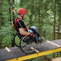 Im Naturhochseilpark Schönberg können auch Rollstuhlfahrer den Kitzel der Höhe an neun Stationen mit Rundhölzern, Hängebrücken, schiefen Ebenen und Wippen in bis zu zwölf Metern über dem Waldboden genießen. - Foto: obx-news