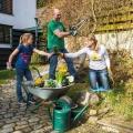 Fit und fröhlich bei der Gartenarbeit