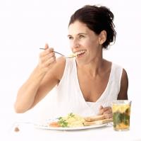 Bei Sommerhitze sollte man leicht verdauliche Gerichte auf den Speiseplan setzen. - Foto: djd/Wörwag Pharma/thx
