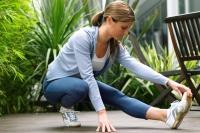 Gegen einen Krampf kann sanftes Dehnen helfen. Bei stärkeren Schmerzen, Krankheit oder Verletzungen ist allerdings eine Trainingspause angesagt. - Foto: djd/Traumeel/thx