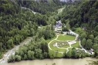 Der erste begehbare ökologische Fußabdruck wurde im österreichischen Nationalpark Gesäuse als Labyrinth aus Rotbuchenhecken angelegt. - Foto: djd/Alpenregion Nationalpark Gesäuse