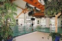 Das Zentrum der Friesland-Therme in Horumersiel ist die imposante, achteckige Halle mit drei Becken und 31 Grad Celsius Wassertemperatur zum Planschen, Spielen, Schwimmen und Tauchen. - Foto: djd/Wangerland Touristik