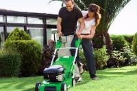 Ein weicher, sattgrüner Rasenteppich ist in der warmen Jahreszeit die Grundlage zum Wohlfühlen unter freiem Himmel. Allerdings kommt es dafür auf die richtige Rasenpflege an. - Foto: djd/Viking