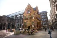 Der Waagstraat-Komplex im Groninger Zentrum: Das historische Gebäude des Goldprüfungsamts von 1635 wurde mit modernen Stahl- und Glaskonstruktionen verknüpft. - Foto: djd/www.groningen.de