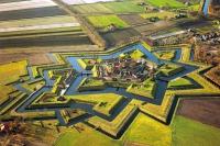 Die Festung Bourtange im Osten der Provinz Groningen, nahe gelegen an der deutschen Grenze, sieht heute genauso aus wie im Jahr 1742. - Foto: djd/www.groningen.de