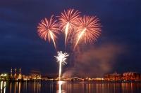 Das Höhenfeuerwerk, das sich vieltausendfach im Wasser des Großen Hafens widerspiegelt, ist einer der Höhepunkte beim Wochenende an der Jade. - Foto: djd/Wilhelmshaven Touristik & Freizeit