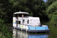 Eine besondere Attraktion auf dem Plauer See: Urlaub auf dem Hausboot, pardon, Wohnwagenboot. - Foto: djd/Tourismusverband Mecklenburg-Vorpommern/Markus Frielinghaus