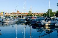 Im Stadthafen in umittelbarer Nähe zum Zentrum ist Platz für Boote jeglicher Größe. - Foto: djd/Tourist Info Plau am See/Hendrik Silbermann