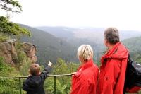 Von seinen hohen Klippen aus lässt sich der Harzwald gut überblicken. - Foto: djd/Bad Harzburg