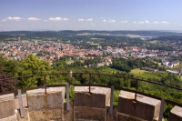 Weite Blicke auf Bad Driburg und den Teutoburger Wald eröffnen sich von zahlreichen Aussichtspunkten auf den Wanderrouten. - Foto: djd/Bad Driburger Touristik GmbH/Teutoburger Wald Tourismus