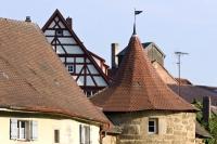 Um die Altstadt von Weißenburg führt noch heute eine Stadtmauer mit 38 Wachtürmen. - Foto: djd/Weißenburg in Bayern