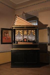 Eines der schönsten Stücke im Orgelbaumuseum von Ostheim ist das Orgelpositiv von Nikolaus Manderscheidt aus dem Jahr 1646. - Foto: djd/Tourist-Information Ostheim/J. Schindler-Schwabedissen