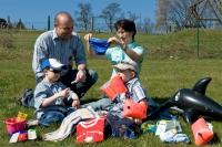 Stellen Sie Urlaubslektüre, Musik oder Hörbücher zusammen, packen Sie Spiele für die Familie ein, planen Sie Ausflüge. Foto: AOK-Mediendienst