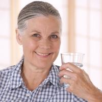 Gerade im Alter ist eine ausreichende Flüssigkeitszufuhr von mindestens 1,5 Litern pro Tag wichtig. - Foto: djd/Boehringer Ingelheim