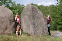 Beeindruckend: Diese mächtigen Steine kann man bei einer -Zeitreise ins Steinreich- in der Wildeshauser Geest entdecken. - Foto: djd/Naturpark Wildeshauser Geest