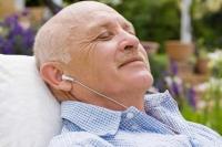 Bei Alterskurzsichtigkeit sind Hörbücher eine echte Alternative zum Lesen? Bild: © Jupiterimages/Polka Dot/Thinkstock
