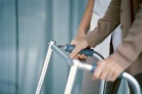 Gehhilfen sorgen dafür, dass Sie noch so lange wie möglich auf eigenen Beinen stehen und laufen können. - Bild: © Comstock/Thinkstock