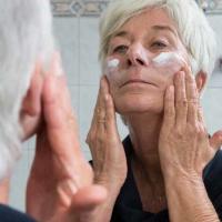 Reife Haut hat andere Bedürfnisse als junge. Sie braucht meist viel Fett und Feuchtigkeit, um gesund zu bleiben. Foto: AOK-Mediendienst