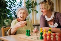 Zusätzliche Betreuungskräfte sorgen in den Altenpflegeeinrichtungen für mehr Anreize und Beschäftigungen – und helfen so Menschen mit Demenz, ruhiger zu werden. Foto: Pia Blümig
