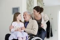 Viele Menschen setzen darauf, im Pflegefall von Angehörigen betreut zu werden.  Foto: djd | AXA