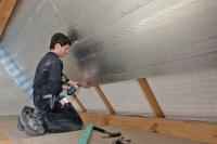 Eine Untersparrendämmung beeinflusst die Luftqualität in Dachräumen, die zum Wohnen oder Arbeiten genutzt werden. Foto: djd | puren