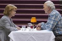 ALTERSGLÜHEN – SpeedDating für Senioren (ARD/WDR) - Sie haben nur sieben Minuten Zeit, einander kennenzulernen: Maria Koppel (Senta Berger) und Volker Hartmann (Michael Gwisdek). Foto: © WDR | Georges Pauly