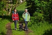 Ein Erlebnis für Mensch und Tier gleichermaßen: Für Wanderer mit Hund bietet die reizvolle Mittelgebirgslandschaft entlang der Weser viel Abwechslung. Foto: djd | Solling-Vogler-Region
