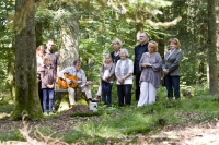 Ob kleine und ruhige Zeremonien oder große Feiern - bei einer Beisetzung in einem Bestattungswald ist vieles möglich, das auf einem Friedhof nicht erlaubt wäre. Foto: djd | FriedWald