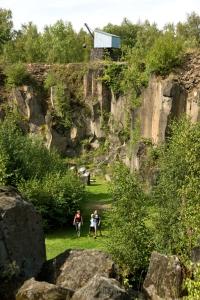 Auf dem Mayener Grubenfeld wurde schon vor 7.000 Jahren Basaltlava abgebaut. Foto: © djd | Vulkanpark