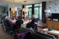 """Mittagessen in einer Wohngruppe im """"De Hogeweyk"""" bei Amsterdam. In dem weltweit beachteten Modellprojekt leben 150 Menschen mit Demenz wie in einem Dorf... Foto: © NDR"""