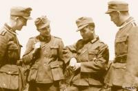 Dieter Peeters 1942 mit Kameraden. Links im Bild, Peter, dem er später sein Leben verdanken würde. | Quelle: Zeitgut Verlag | Foto: © Privatbesitz des Verfassers