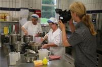 Einen Blick hinter die Kulissen warf das Filmteam unter anderem in der Küche des Caritas-Altenzentrums St. Josef in Arzbach. | Foto: © Caritas