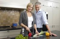 Mit einer gesunden Ernährung kann man seine Gelenke unterstützen. | Foto: djd  © www.orthomol.de