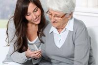 Einfach zu bedienen und mit hilfreichen Komfortfunktionen ausgestattet: So wünschen sich gerade ältere Nutzer ein modernes Festnetztelefon. Foto: djd | Panasonic