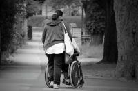 In Deutschland ist die Pflege weiblich: Zwei Drittel der Pflegenden sind Frauen, die ihre Angehörigen versorgen. Foto: pixabay.com | © PublicDomainPictures