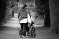 Pflegende Frauen massiv benachteiligt - keine finanzielle Unterstützung für Hausnotruf