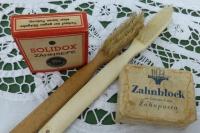 Zahnseide, Zahnbürsten und Zahnblock - Zahnpasta, wie wir sie heute kennen, wurde 1907 von einem Apotheker in Sachsen erstmals hergestellt. | Foto: pixabay.com  © Esther Merbt