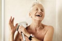 Gerade im Badezimmer kann man leicht ausrutschen. Deshalb ist der Hausnotrufsender auch in der Dusche immer dabei. Foto: © djd | www.initiative-hausnotruf.de