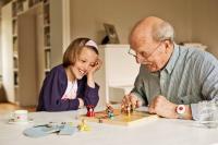 Die meisten Senioren möchten möglichst lange in den eigenen vier Wänden leben. Aber nicht immer sind Kinder oder Enkel in der Nähe, wenn etwas passiert. Foto: © djd | www.initiative-hausnotruf.de