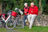 Neun Prozent der älteren Menschen nutzen das Fahrrad, um mobil zu bleiben. Ein Helm sollte immer dabei sein. Foto: © djd | HDI