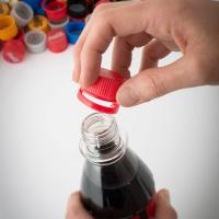 Nur durch einen Schraubverschluss, der ein knappes Gramm leichter geworden ist, lassen sich jedes Jahr mehrere hundert Tonnen an Material einsparen. Foto: djd | Coca-Cola