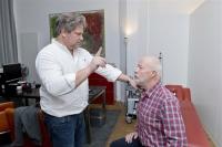 Dr. med. Michael Feld (l.) untersucht Bill Mockridge. Foto: Alena Zerbes