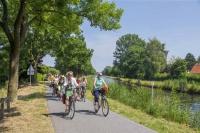 Langgezogene Kanäle prägen das ostfriesische Binnenland. Radwanderer finden hier ein gut ausgebautes und abwechslungsreiches Streckennetz vor. Foto: djd | Friesland Touristik