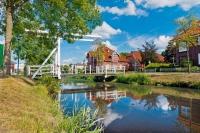 Friesische Kultur und Natur erleben: Die weißen Klappbrücken sind charakteristisch für die Region. Foto: djd | Deutsche Fehnroute