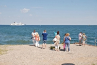Auch Kreuzfahrtschiffe besuchen Sylt regelmäßig und gehen dann in Sichtweite zum Lister Hafen vor Anker, damit die Passagiere mit Tenderbooten die Insel erleben können. Foto: djd | Kurverwaltung List
