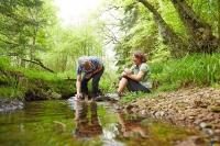 Wandern als Naturerlebnis liegt bei allen Altersgruppen im Trend. Foto: djd | Solling Vogler Region